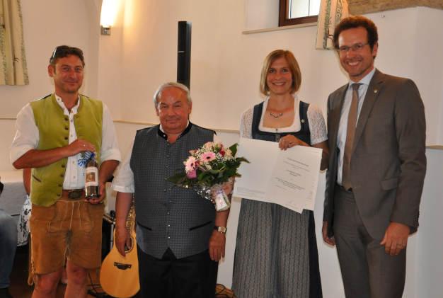 Übergabe Ehrenzeichen an Barbara Walter mit Landrat und Bürgermeister