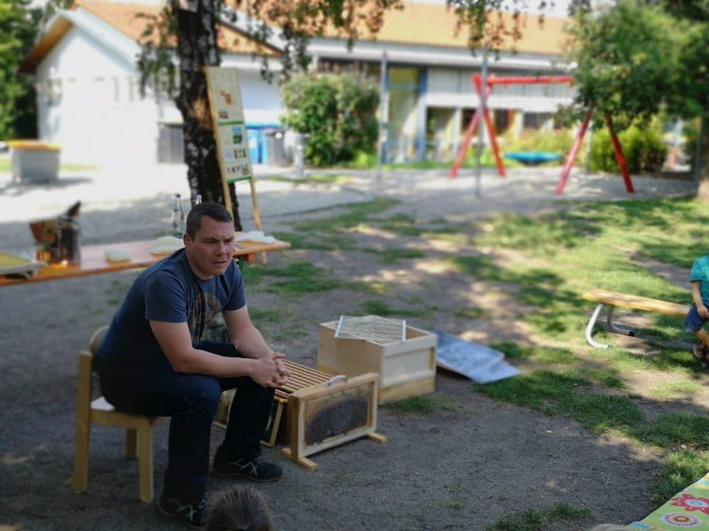 Andreas Seitz zeigt den Kindern des Kindergarten Karlshuld die Arbeiten eines Imkers.